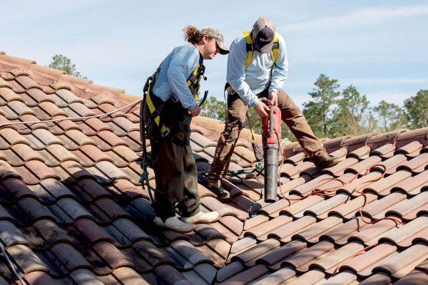 Waar u op moet letten voordat u uw dak onder druk wast: tips van de profs